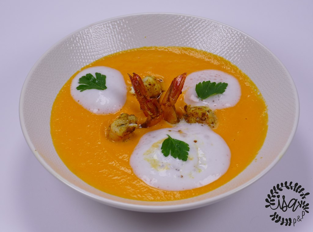Velouté de carottes à l'orange, crevettes au curry & espuma de coco