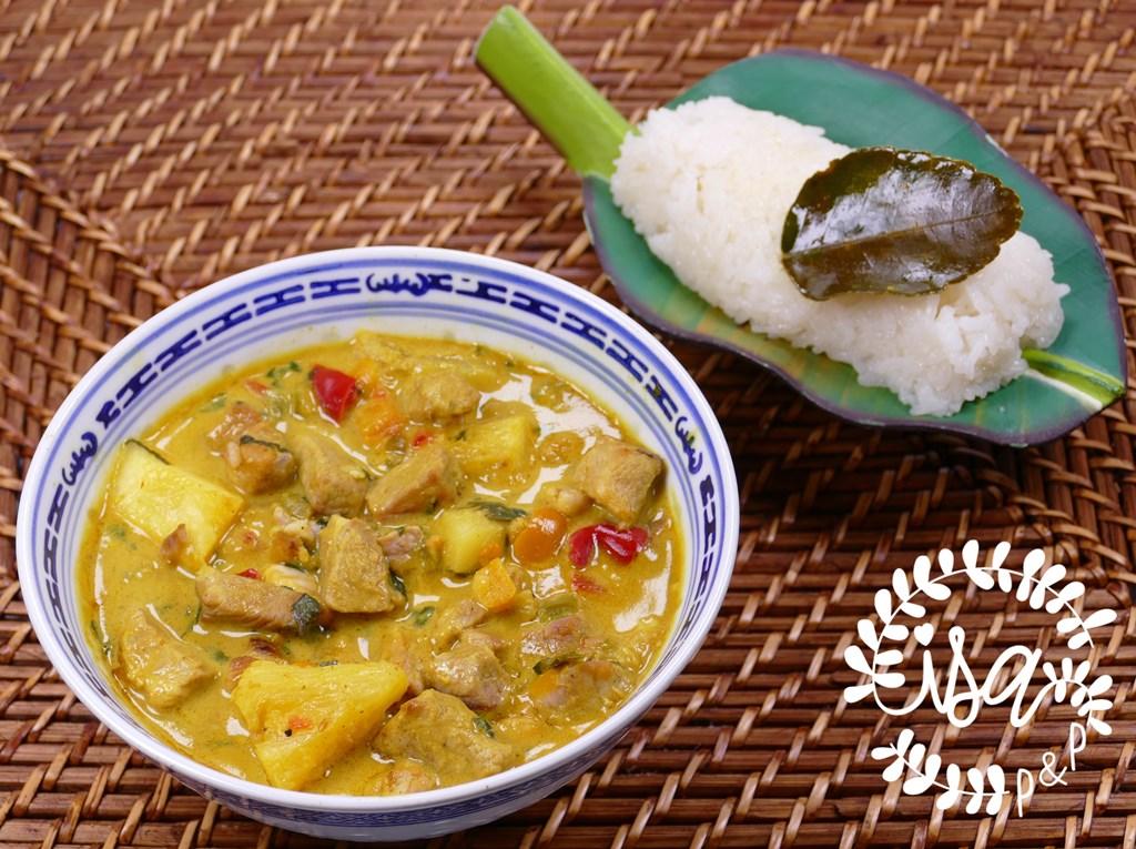 Curry de porc poivrons, ananas, combawa & riz gluant