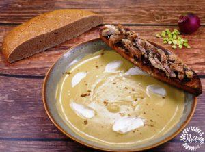 Soupe de pois cassés au cumin, tartines oignons confits/dinde