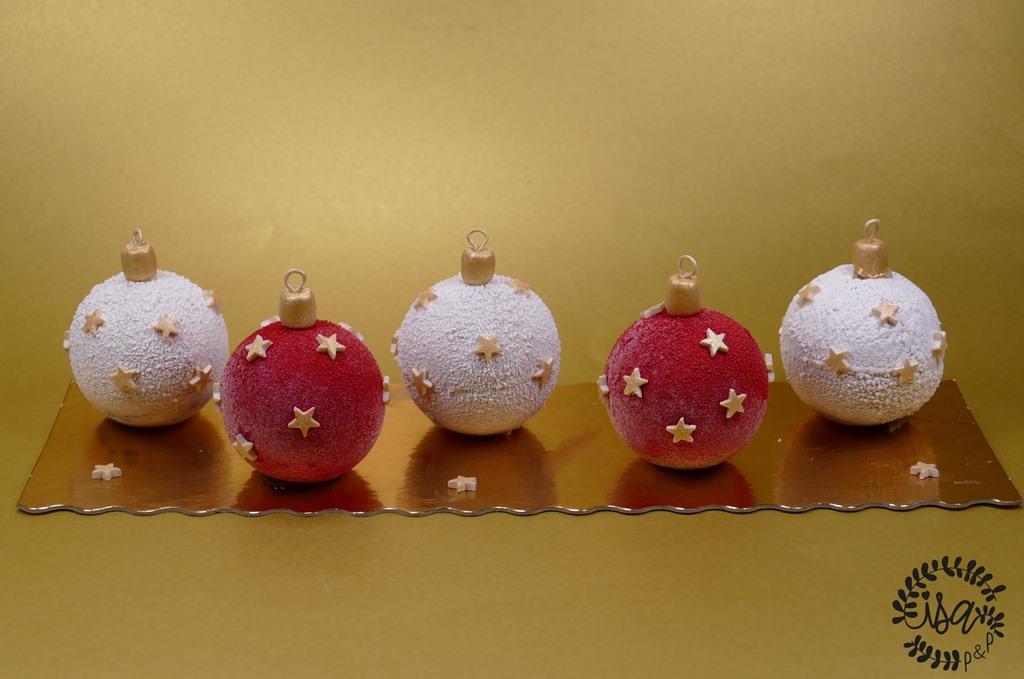 Entremet caramel-poires comme une boule de Noël