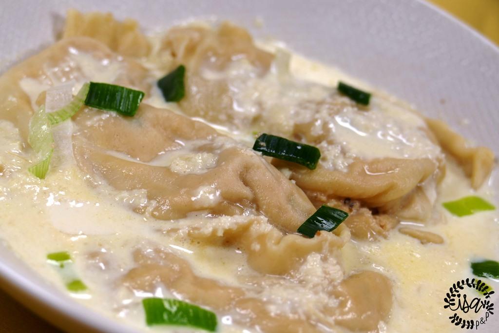 Ravioles de saumon, fondue de poireaux et sésame sauce gingembre