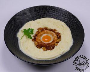 Velouté de panais & œuf de caille sur canapé