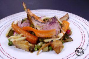 Carré d'agneau basse température, croûte de persil, légumes en crus et cuits.